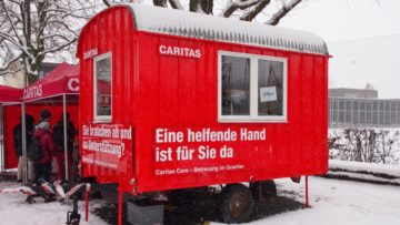 Ein knallroter, umgebauter Bauwagen als Hauptquartier für das Caritas-Pilotprojekt im Suhrer Quartier «Feld». Als Anlaufstelle steht dieser nahe bei den Menschen und soll auffallen. | © Andreas C. Müller