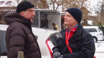 Ein wesentlicher Aspekt des Caritas-Pilotprojekts ist die Quartierarbeit: In Gesprächen mit Anwohnerinnen und Anwohnern versucht Andy Huwyler (rechts) herauszufinden, wo Hilfe gebraucht werden könnte. | © Andreas C. Müller