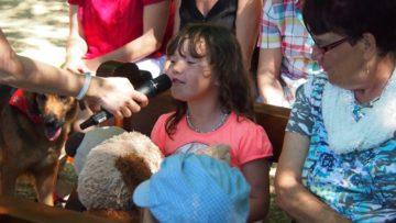 Die sechsjährige Laura stellt ihren Plüschhund vor. | © Andreas C. Müller