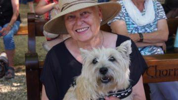 Freut sich, dass es heute einen Tiergottesdienst gibt und ihr Hund einen Segen bekommt: Regina Voss erinnert sich noch, wie es keine Selbstverständlichkeit war, mit einem Hund eine Kirche zu betreten. | © Andreas C. Müller