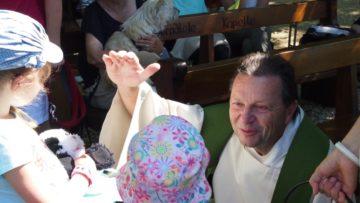 Auch die Plüschtiere bekommen einen Segen. Es sei doch wichtig, dass die Kirche die Lebenswelt der Kinder ernst nehme - und dazu gehörten nun mal Plüschtiere, meint Thomas Sidler. Auch Jesus habe die Kinder zu sich gerufen und sie bestimmt ernst genommen, so wie sie sind. | © Andreas C. Müller