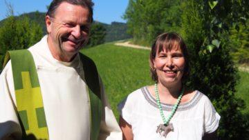 Auf Initiative von Jacqueline Loretan kam der erste Fricktaler Tiergottesdienst zustande. Pfarrer Thomas Sidler erklärte sich bereit, die Feier zu gestalten und den Segen zu sprechen. | Andreas C. Müller