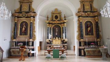 Im Inneren der Kirche befinden sich drei Altäre: Für Jesu am Kreuz, Maria und Josef. Die Statuen der Heiligen Erzengel Michael und Raphael, die den Hauptaltar flankieren, wurden erst später ergänzt. Zudem sind in den Seitenaltären die Bildnisse durch Figuren ersetzt worden. | © Andreas C. Müller