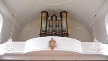 Auf der Orgel thront eine Statue des Kirchenpatrons, des Heiligen Michael. An der Empore befindet sich das Wappen des Laufenburger Pfarrers Franz Ringler, der 1717 den Bau der Kirche massgeblich mitfinanzierte. | © Andreas C. Müller
