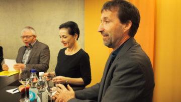 Diskutierten engagiert: Thomas Wallimann, Präsident der bischöflichen Kommission «Justitia et Pax» (ganz rechts) und die Aargauer CVP-Präsidentin Marianne Binder-Keller. | © Andreas C. Müller
