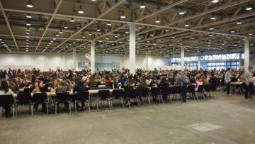 An mehreren grossen Tischen werden die 5'800 Teilnehmerinnen und Teilnehmer dreimal täglich verpflegt. Das Essen kommt von einem externen Caterer. | © Andreas C. Müller