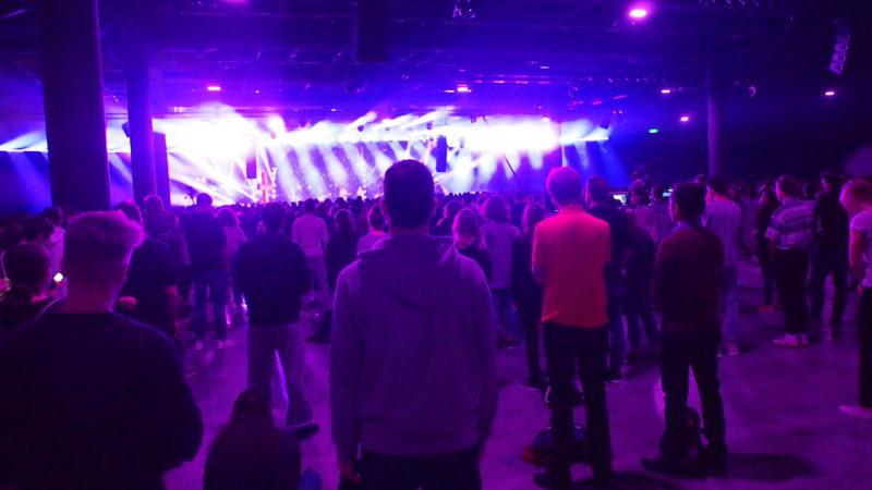 5'800 Jugendliche und junge Erwachsene beteten und feierten am diesjährigen PraiseCamp sechs Tage lang in Basel. | © Andreas C. Müller