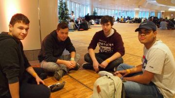 Eine vierköpfige Gruppe aus Bern, die gemeinsam ans PraiseCamp nach Basel gereist ist: Silas (21), Jannick (18), Marco (19) und Manoa (18) - von links nach rechts. | © Andreas C. Müller