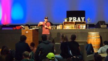 Dave Wöhrle, auch bekannt als Rapper «Essenz», referiert im Rahmen einer sogenannten «Toolbox», wie man die persönliche Beziehung zu Gott gestalten und mit ihm kommunizieren kann. | © Andreas C. Müller