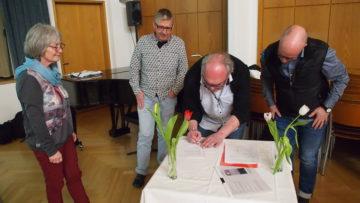 Die Vorstandsmitglieder unterzeichnen die Gründungsurkunde. | © Andreas C. Müller