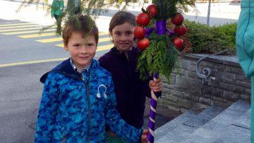 Die Palme ist traditionell mit roten oder violetten Bändern geschmückt. Der Palmsonntag mit der liturgischen Farbe Rot steht zugleich am Beginn der Karwoche, die die liturgische Farbe violett trägt. | © Eveline Amherd