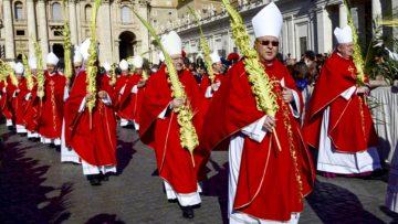Bischöfe mit festlich gebundenen Palmzweigen während des Einzugs zur Palmsonntagsmesse am 29. März 2015 auf dem Petersplatz in Rom. | © kna-bild