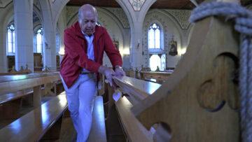 Vor und nach dem Gottesdienst werden die Sitzflächen und Lehnen der Kirchenbänke gewischt und desinfiziert. Pfarreirat Ernst Sennrich macht's vor. | © Christian Breitschmid