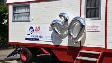 Zum 20-jährigen Bestehen spendierte die Philipp Neri-Stiftung ihrem Zirkuspfarrer einen Wohnwagen. | © Sylvia Stam