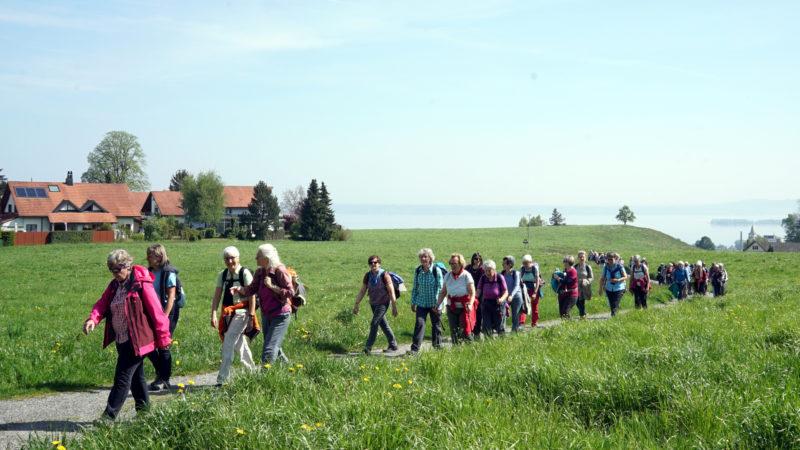 Die Pilgerinnen auf dem Weg nach St. Gallen (im Hintergrund der Bodensee). | © Vera Rüttimann