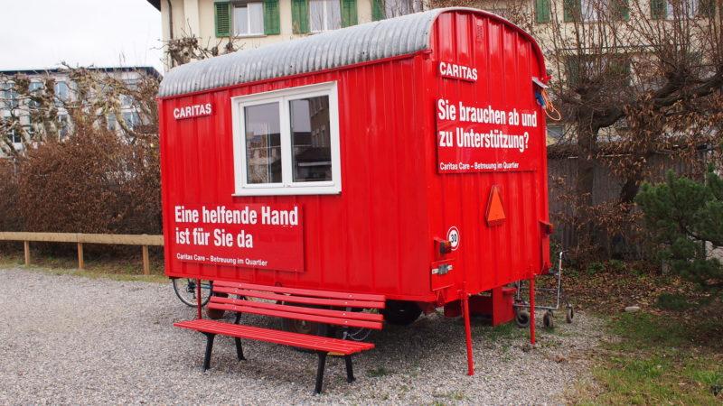 Vor einem Jahr lancierte Caritas Schweiz in Zusammenarbeit mit der regionalen Caritas Aargau-Solothurn in Suhr das Projekt «Eine helfende Hand». Mittlerweile steht der «rote Wagen», die Anlaufstation, mitten im Zentrum von Suhr. Sowohl Caritas als auch die Gemeinde Suhr ziehen ein erstes  positives Fazit und sind für das laufende zweite Jahr des Pilotprojekts zuversichtlich. | © Andreas C. Müller