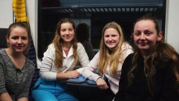 Die 18-jährige Kim aus Magden (ganz links) fährt zum ersten Mal ans Ranfttreffen und ist gespannt, was sie dort erwartet. Im Zug teilt sie das Abteil mit Muriel aus Möhlin, Mara aus Zeiningen (beide 15 Jahre alt) und Fiona aus Zuzgen, 17. | © Andreas C. Müller