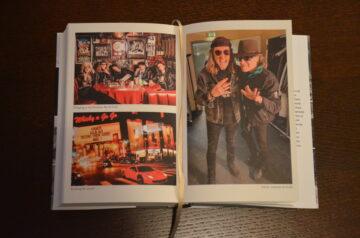 Der erfolgreichste Rockmusiker der Schweiz zeigt in seiner Autobiografie auch viele seiner Weggefährten. | © Christian Breitschmid