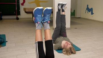 Auch Kräftigungs- und Haltungsübungen gehören zum Tanztraining. | © Roger Wehrli