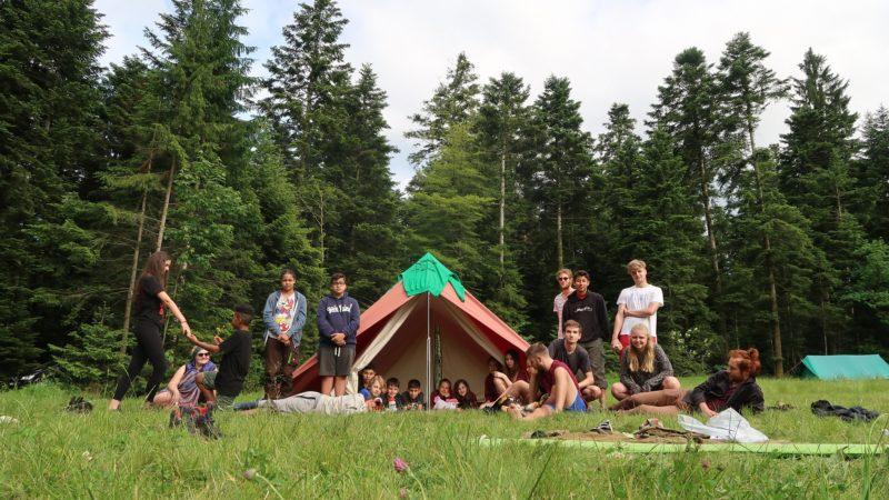 Wer je ein Pfadilager oder ein Sommerlager von Jungwacht Blauring erleben durfte, weiss um die unbezahlbaren Erlebnisse, die ein «Sola» bietet. Freundschaften und Freiheiten weit weg von elterlicher Aufsicht bereichern die Kinder fürs Leben. So gesehen können die Solas mit gutem Gewissen als nachhaltig bezeichnet werden. Dass aber die Lager auch in ökologischer und sozialer Hinsicht nachhaltiger werden, dafür sorgt das Projekt «Faires Lager». | © Serena Notter, Faires Lager