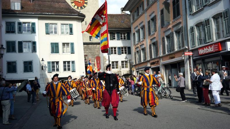 Die Schweizergarde ist die militärische Schutztruppe der Päpste. Die Garde hat eine Sollstärke von 135 Mann und ist hauptsächlich für die Sicherheit des Papstes zuständig. Ehemalige Gardisten treffen sich alle zwei Jahre an wechselnden Orten zu ihrer Zentraltagung - zuletzt 2017 in Solothurn. | © Vera Rüttimann