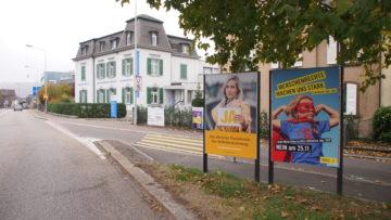 Unter den Gegnern der Initiative finden sich auch NGOs wie Amnesty (Plakat rechts). Diese sehen die Einhaltung der Menschenrechte in der Schweiz bei Annahme der Vorlage gefährdet. | © Andreas C. Müller