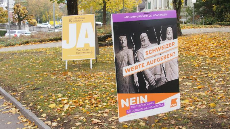 Erneut tobt ein Plakatkrieg im Abstimmungskampf zur Selbstbestimmungsinitiative der SVP. Letzte Umfragen sehen die Gegner der Vorlage klar vorne. Die Entscheidung fällt am 25. November. | © Andreas C. Müller