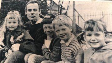 Ilona Sieber (ganz links) auf dem Schoss ihres Vaters Ernst Sieber. Daneben zwei Pflegesöhne aus Frankreich und Ilonas ältere Schwester Martina. | zvg