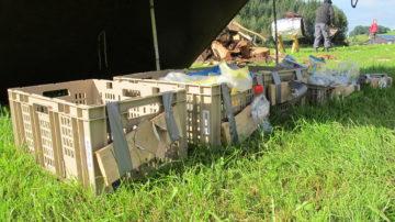 Diese Abfallsammelstelle  macht das Recycling einfacher: Beispiele auf der Kiste zeigen an, was hineingehört. | © Helen Joss, Faires Lager