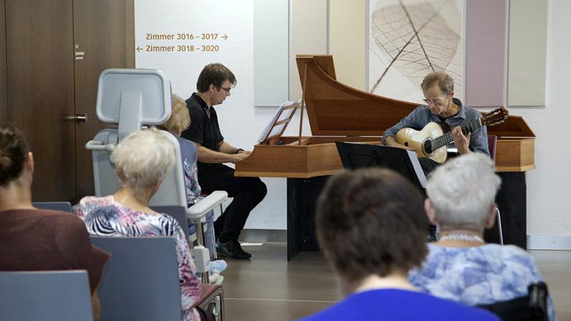 Das «Musikalische Fenster» ist ein Geschenk an schwer kranke Menschen und ihre Angehörigen. Auf der Palliativstation, in Pflegeheimen und an ähnlichen Orten geben professionelle Musiker ein halbstündiges Konzert. | © Roger Wehrli