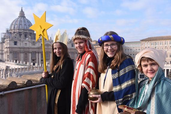 Lea (11), Rebekka (12), Jana (13) und Enrico (10) aus Leibstadt (von links) vor dem Petersdom in Rom. Die Gruppe durfte letztes Jahr die Schweizergarde besuchen und an der Papstmesse teilnehmen.   © Missio/Martin Brunner-Artho
