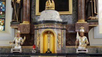 Der Altar in Wölflinswil mit den rätselhaften Büsten. | @ Kantonale Denkmalpflege