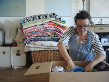 Simone Maurers Stube ist Logistikzentrum und Warenlager. Jetzt sucht sie einen Raum, um Stoff und Decken zu lagern. |© Noemi Landolt