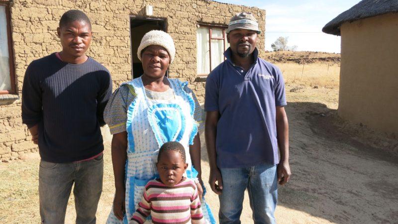 Dank Justice&Peace, einer Partnerorganisation von Fastenopfer, haben Alta Dludla und ihr Sohn Dumisani (Namen geändert) ein eigenes Stück Land auf der St. Joseph Farm, nahe Ladysmith. | © Patricio Frei