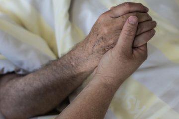 Auch Palliativpflege und Sterbehilfe müssen kein Widerspruch sein. In der «pflegimuri» wird alles getan, damit es den Menschen bis zum letzten Atemzug so gut wie möglich geht und sie so gut als möglich schmerzlindernd unterstützt werden. Zusätzlich ist als letzter Schritt der Freitog mithilfe einer Sterbehilfe-Organisation innerhalb der Institution erlaubt. | © Werner Rolli