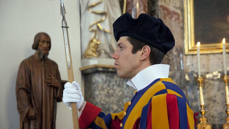 Zunehmend weniger Gardisten werden Jahr für Jahr in Rom vereidigt. Um die Attraktivität des Dienstes zu verbesseren, sollen die päpstlichen Soldaten künftig Einzelzimmer erhalten und heiraten dürfen. | © Roger Wehrli