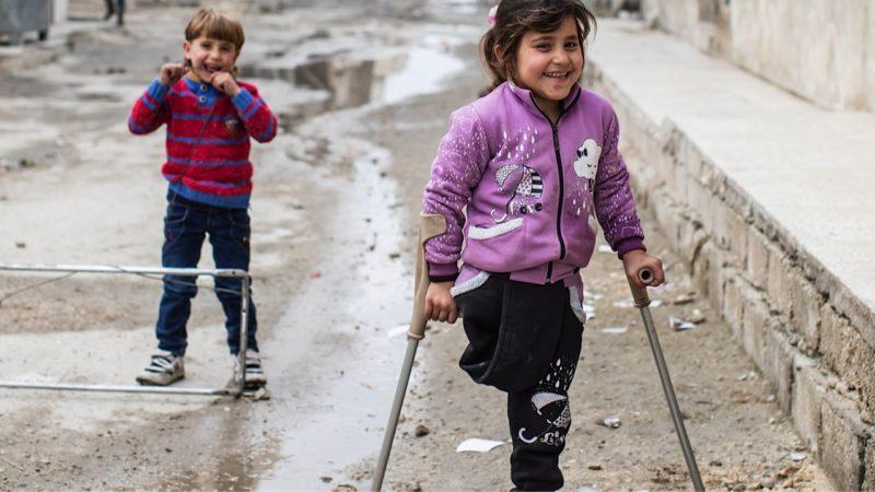 Eine Granate überraschte Aminas Familie im Schlaf. Obwohl das Mädchen sein Bein verlor, hat es seinen Lebensmut nicht verloren. Caritas unterstützt die Familie mit Hilfsgütern und sorgte dafür, dass Amina eine Prothese bekam, die sich die Familie nicht leisten konnte. | © Alexandra Wey, Caritas