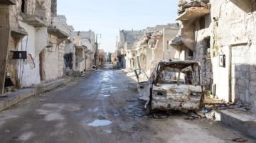 Viele Häuser in Aleppo sind nach dem Krieg fast völlig zerstört. Die Kinder spielen zwischen Ruinen und ausgebrannten Autos