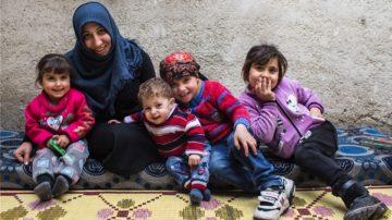 Amina mit ihrer Mutter und ihren drei Geschwistern. | © Alexandra Wey, Caritas