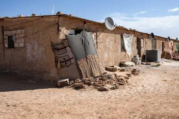 Viele syrische Flüchtlinge leben in Jordanien unter prekären Bedingungen, hier zum Beispiel in ehemaligen Schafställen.|© Caritas Schweiz