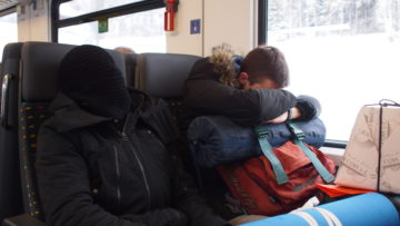 Viele Jugendliche haben bei der Anreise im Bus kaum geschlafen. Als im Zug nach Olten endlich Sitzplätze zur Verfügung stehen, nutzen Daniele und Francesco sofort die Gelegenheit für ein Nickerchen.   © Andreas C. Müller