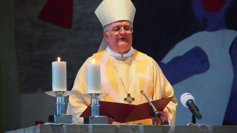 Mit der Diakonweihe am Sonntag bereitet Weihbischof Denis Theurillat vier Kandidaten aus dem Bistum Basel auf die Priesterweihe im kommenden Jahr vor.   © Andreas C. Müller