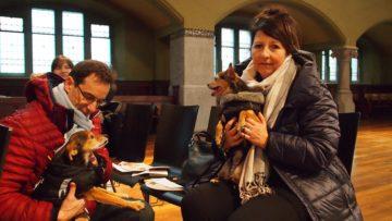 Wollen mit ihrer Anwesenheit zeigen, dass sie den Tiertrauergottesdienst in Zürich eine gute Aktion finden: Christa und Bernhard Rinke mit ihren Hunden. | © Andreas C. Müller