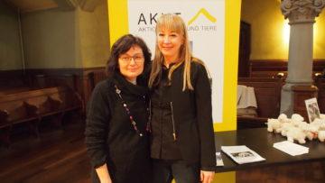 Anna Bopp und Eveline Schneider-Kayasseh (von links) von «AKUT» (Aktion Kirche und Tier. | © Andreas C. Müller