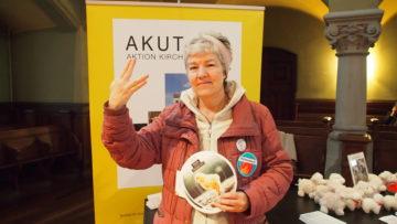 Christine Gadola, Tier- und Klima-Aktivistin, posiert mit dem «Veganerzeichen». Ihr ist es ein Anliegen, dass auch um die geschlachteten Tiere getrauert wird. | © Andreas C. Müller