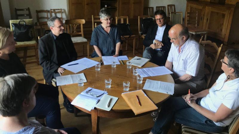 Vertreterinnen und Vertreter der Initiativgruppe «Wir haben es satt!» im Gespräch mit Bischof Felix Gmür (3. Person von rechts) und Generalvikar Markus Thürig (5. Person von rechts). | zvg