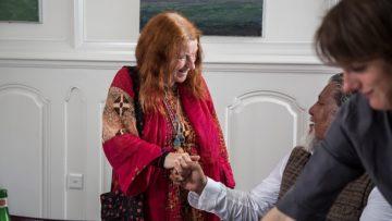 Erika Radermacher reicht Loten Namling die Hand. Er schaut sie an und meint: «Machen Sie weiter mit der Zauberei.» Beide lachen. | © Pia Neuenschwander