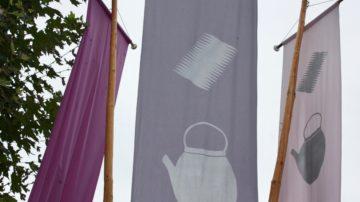 Vor dem Verenamünster weisen Fahnen mit den Attributen der heiligen Verena - Kamm und Krug - auf den Festtag hin. | © Marie-Christine Andres