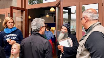 Begegnung zwischen Pfarreimitgliedern und dem koptischen Pater Isidoros. | © Marie-Christine Andres