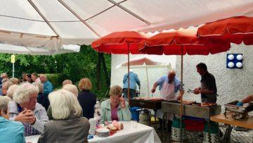 Wurst, Brot, Kaffee und Dessert serviert die Pfarrei St. Verena der Festgemeinde am «Vrenetag» im Kirchgemeindehaus Forum. | © Marie-Christine Andres